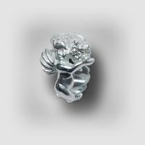 Zarter Ring in Silber, zwei sich haltende Putten bilden das Rund.
