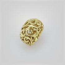 Ring in Gold, die leichte Wölbung der Form wird durch die barocke Struktur durchbrochen.