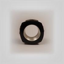 Ring in Grenadill und Silber. Auf jeder Seite der leicht angedeuteten viereckigen Form sitzt ein silbernes Gekkorelief.
