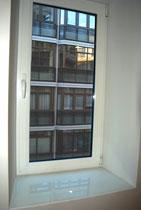ventana de una hoja oscilobatiente y vidrio transparente climalit + detalle alfeizar de lacobel blanco