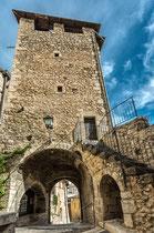 Fontecchio, Torre dell'Orologio e la Porta dei Santi