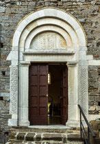 San Giovanni in Venere, portale del chiostro.