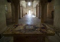 San Pietro ad Oratorium, altare (ara pagana con i resti della combustione dei sacrifici)