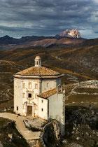 L'oratorio di Santa Maria della Pietà e il Corno Grande del Gran Sasso