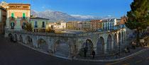 Sulmona, piazza Garibaldi e l'acquedotto medioevale