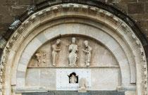 San Giovanni in Venere, lunetta e architrave portale della Luna. Gesù in trono con la Vergine e San Giovanni. In basso: San Benedetto nella buca