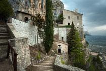 Sant'Onofrio al Morrone, la costruzione in basso cela la grotta