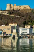 Ortona, il porto con la statua di San Tommaso e il castello