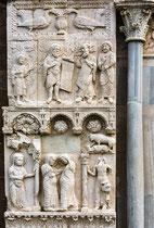 """Portale della Luna, in alto il Battista che dice: io sono """"una voce che grida nel deserto"""", in basso la visitazione di Maria a Elisabetta."""