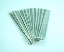 Die Bleche werden auf die gleiche Größe geschnitten und sorgfältig von Öl, Schmutz und Oxiden gereinigt