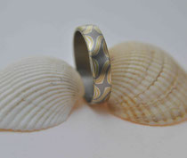5E - Mokume Gane Ring Gelbgold 22K, Palladium 500, Silber 925, Innenring aus Palladium 500