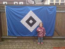 Romy und Papas große HSV-Fahne