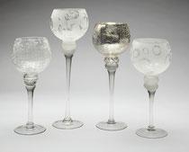 Edle Gläser in verschiedenen Dekors. Zum Befüllen mit Gebäck oder als Windlichter. In den Größen 30, 35 und 40cm, pro Stück € 9,90.