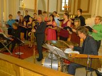 Ull Möck (E-Piano), Peter Lehel (Saxofon) und Dieter Schumacher (Schlagzeug) mit dem  Badischen Jugendchor des Badischen Chorverbandes.