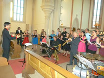 """Matthias Böhringer als Dirigent und Peter Lehel am Saxofon waren die Brückenpfeiler bei """"Song of Praise"""" in der Martinskirche von Münzesheim."""