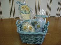 """Set regalo """"Angioletti""""  (cm 10 x 10 x 8) composto da:  saponetta profumata ovale + candela profumata + spazzola in legno"""