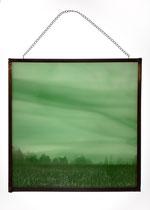 Ciel brumeux. Tirage positif sur verre. Verre artisanal teinté dans la masse. Encadrement à la soudure. 20 x 20 cm.
