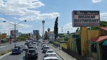 """Au loin, la tour appelée """"stratosphère"""" abrite un restaurant panoramique"""