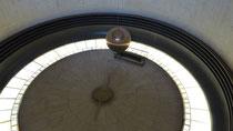 A l'entrée, un pendule de Foucault nous prouve la rotation de la Terre