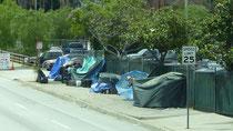 """Les mendiants sans-abris """"logent"""" où ils peuvent, car ils ont très nombreux à L.A. !"""