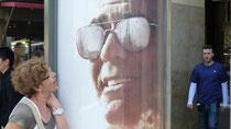 Colette a voulu poser avec Georges Clooney, mais elle n'a touvé qu'une affiche !!!
