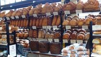 """Etalage des pains """"maison"""" chez Boudin"""