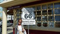 La Route 66 se termine ici, après 2448 miles (3940 km d'Est en Ouest)