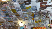 Boutique des mordus de la Route 66 (plaques minéralogiques au plafond)