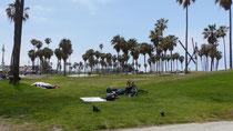 Des sans-abri ont dormi à la belle-étoile sur les pelouses face à l'Océan Pacifique