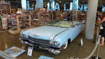 Une superbe Cadillac de 1959 est exposée dans un magasin