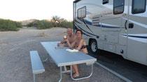 Au camping, nous buvons un Bourbon à votre santé à tous ...