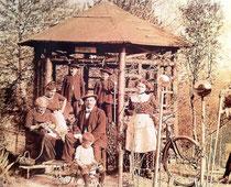 Oberlehrer Hlawna mit seiner Familie im Pavillon vor dem Schulhaus (Foto: VS Liefering1/AStS