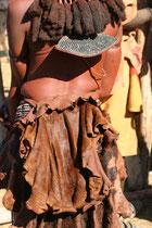 Namibie, rencontre avec le peuple HimbaNamibie, tunique en peau de vache ou de chèvre