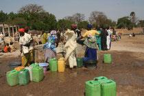 Sénégal, remplissage de bidon lors d'un marché