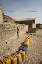 Sénégal bidon d'eau en attente d'être rempli,