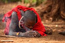 Masai beim Feuer machen, Foto Bert Harzer