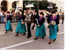 ...auf dem Oktoberfest - Trachten- und Schützenzug in München.