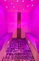 Aroma Dampfbad im Hotel Waidachhof lila beleuchtet