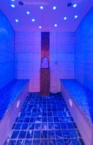 Aroma Dampfbad im Hotel Waidachhof blau beleuchtet