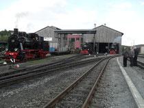 """Lok 20 der MBB, welche am Folgetag ihr """"Roll-Out"""" hat, 99 794 und 99 773 vor der Oberwiesenthaler Abstellhalle."""