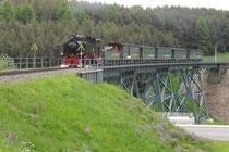 Einfahrt eines Zugs mit 99 785 in Oberwiesenthal.