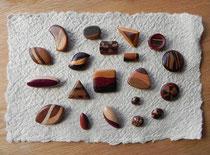 色味の異なる樹種を曲線で寄せ合わせた合わせ木ボタン