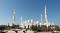 Blick auf die Moschee von der Fußgängerbrücke