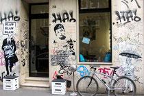 Die Fassade des Friseursalons im Belgischen Viertel hat sich zu einem wahren Gesamtkunstwerk aus Paste-Ups, Stencils und kleinen Tags entwickelt