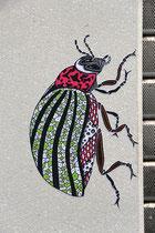 Der Belgier Pol Cosmo verteilt in der ganzen Stadt seine kleinen Stencils von Insekten, meistens befinden sie sich in der Nähe von Murals.
