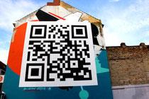 Debug Visuals - entschlüsselt man den QR-Code, öffnet sich im Internet das Bild, ebenfalls von Debug Visuals, das vorher die Wand zierte