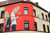 Das fertige Werk von Christian Böhmer, der es momentan liebt, die abwesenden Menschen mit Papiertüten über ihren Köpfen darzustellen