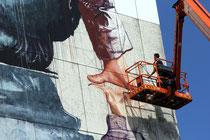 Fintan Magee, aus Australien, bei der Arbeit an einem großen Mural....