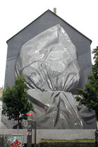 Das Werk von Axel Void, das einen Mann zeigen soll, der einen Suizid mit einem Pastiksack begangen hat. Das Werk ist in Köln umstritten, da es direkt gegenüber eines Seniorenheimes angebracht ist.