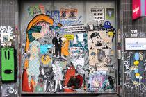 Dieses Tor im Belgischen Viertel ist ein Gesamtkunstwerk, da viele Streetart-Größen ihre Paste Ups und Sticker dort hinterlassen haben. El Bocho, Aesop, Joiny, Alias, TUK, Van Ray, Emess, Robi the Dog, Rude, kurznachzehn und viele mehr